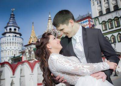 bride-and-groom-in-front-of-kremlin
