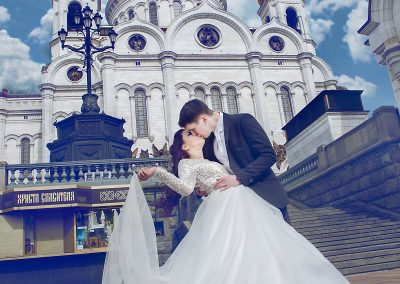 kiss-in-front-of-church